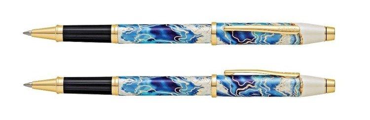 Pióro kulkowe Cross Wanderlust Malta z niebieskim motywem, elementy pokryte złotem